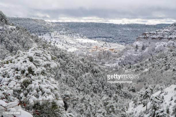 snowed valley - karst landscape - castilla la mancha fotografías e imágenes de stock