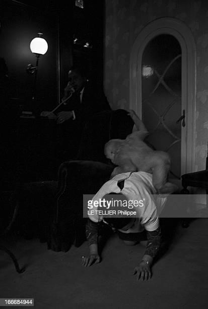 Snowflake The Albino Gorilla Le 3 mars 1967 en Espagne le gorille blanc albinos de 18 mois monte sur le dos de l'épouse du docteur Luera le directeur...