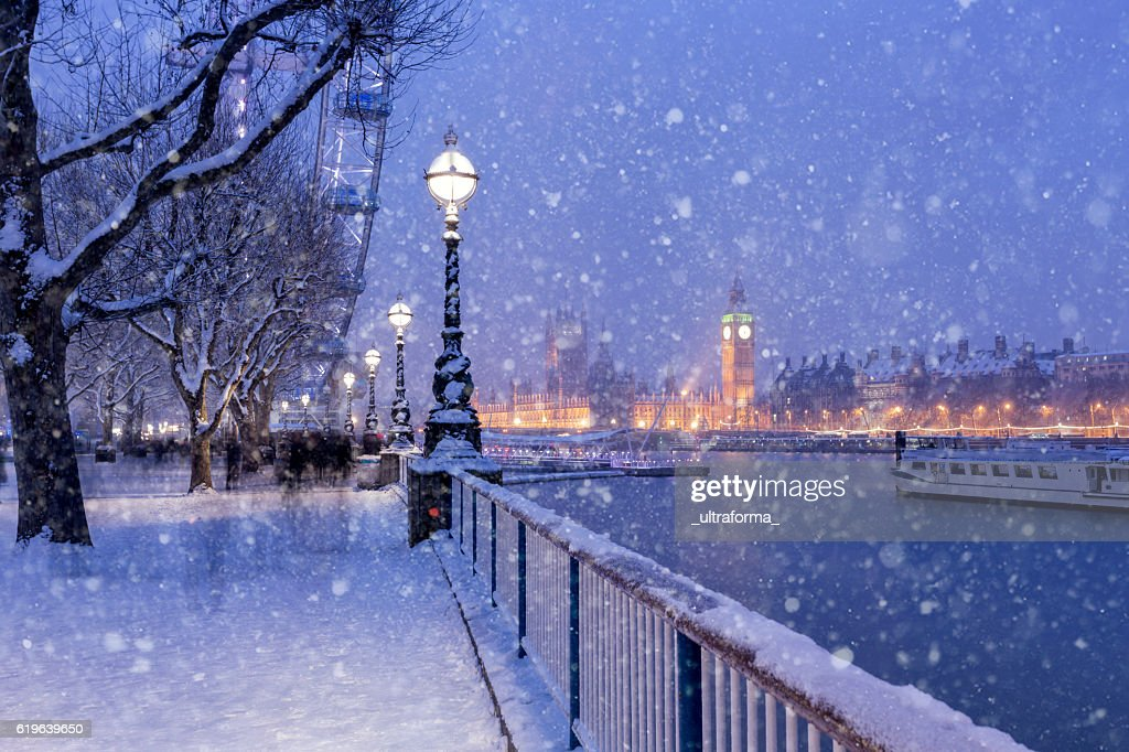 Snowing on Jubilee Gardens in London at dusk : Stock Photo