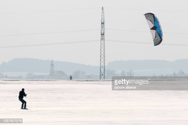 Snowkiter travels across a snow-covered field in Straubing, Germany, 28 December 2014. Photo: Armin Weigel/dpa | usage worldwide