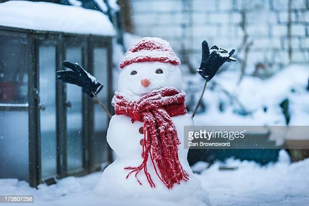 snowman built on city street - bonhomme de neige photos et images de collection