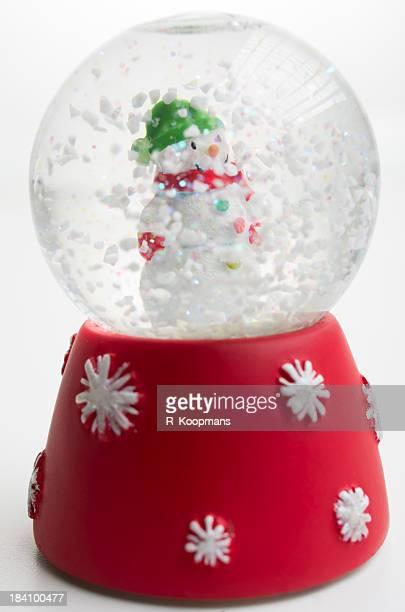 Muñeco de nieve en la nieve mundo