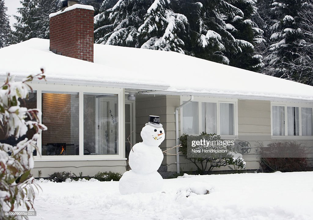 Snowman on lawn of house : Stockfoto