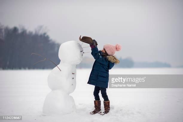 snowman on the river - bonhomme de neige photos et images de collection