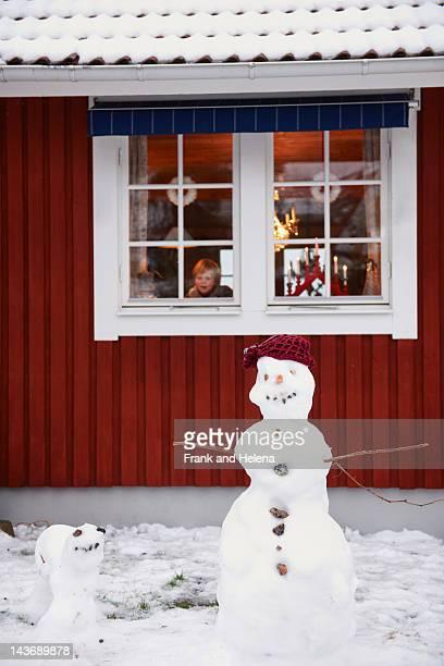 von schneemännern stehen außerhalb haus - schweden stock-fotos und bilder