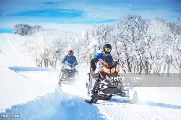 diversão para snowmobile - snowmobiling - fotografias e filmes do acervo