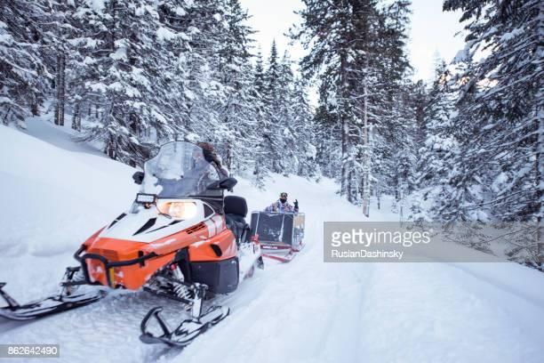 viagem de moto de neve na floresta de inverno. - snowmobiling - fotografias e filmes do acervo