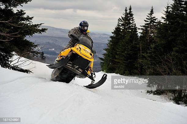 passeios snowmobiler difícil e rápida através da montanha de - snowmobiling - fotografias e filmes do acervo