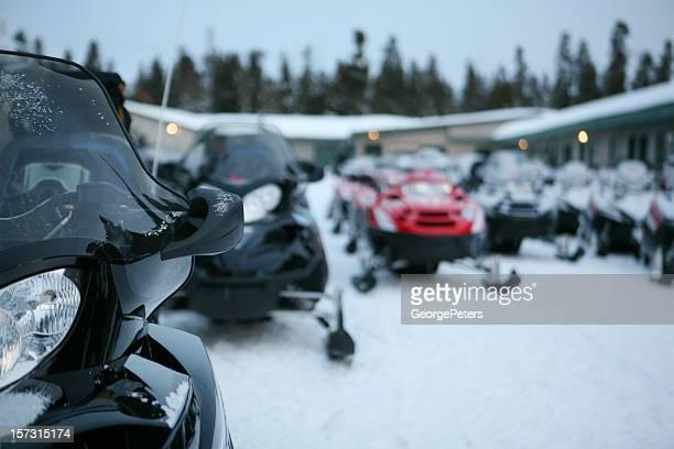motos de neve no início da manhã leve - snowmobiling - fotografias e filmes do acervo