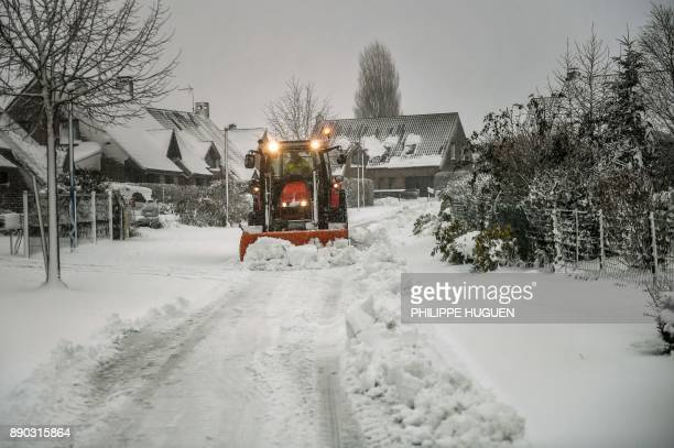 A snowplough clears a road on December 11 in Godewaersvelde northern France / AFP PHOTO / PHILIPPE HUGUEN