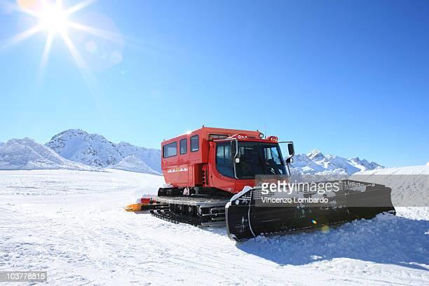 snowplough machine grooming ski slopes in mountain - schneefahrzeug stock-fotos und bilder