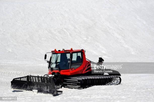 snowploughs in hochschwab mountains in spring - schneefahrzeug stock-fotos und bilder