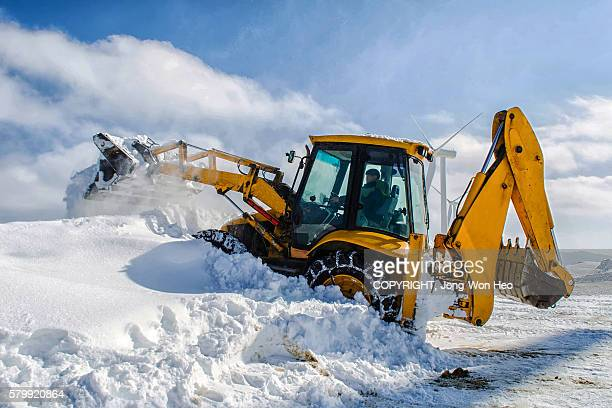 Snow-removing with a hydraulic shovel