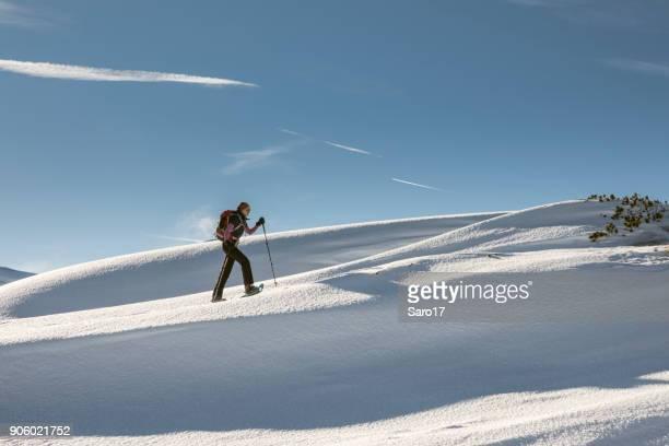 ダッハシュタイン山、オーストリアで雪庇の上にスノーシュー。