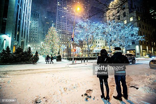 snowstorn in new york, weihnachten dekorationen im weltberühmten rockefeller center - rockefeller center stock-fotos und bilder