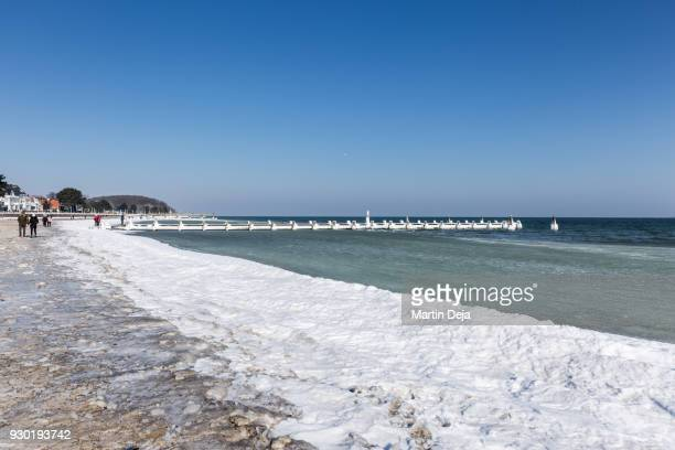 snowy beach in lübeck travemünde at day - travemünde - fotografias e filmes do acervo