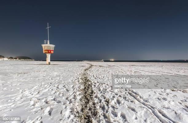 snowy beach in lübeck travemünde at night - travemünde - fotografias e filmes do acervo