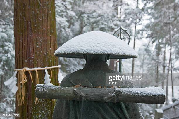 snowy bronze statue of revered monk kukai at tanukidani fudo-in temple in kyoto, japan - shingon buddhismus stock-fotos und bilder