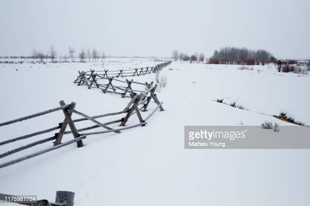 snowy countryside fence - casa estilo rancho fotografías e imágenes de stock