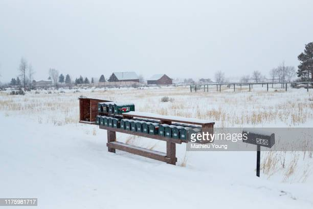 snowy countryside - casa estilo rancho fotografías e imágenes de stock