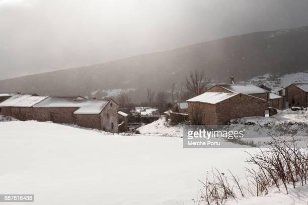snowy landscape - pueblo fotografías e imágenes de stock