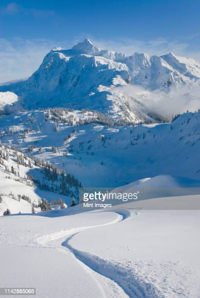 snowy mount shuksan overlooking village, washington, united states - telemark stock pictures, royalty-free photos & images
