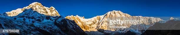Les montagnes aux sommets enneigés golden lever du soleil au panorama l'Annapurna sanctuaire Himalaya, Népal