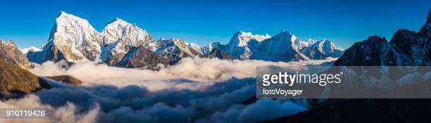 雪に覆われた山頂雲パノラマ ヒマラヤ ネパールの上空