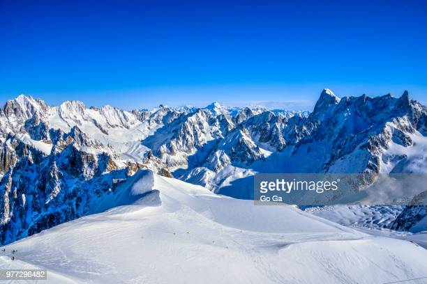 snowy mountain peaks, vallee blanche, alps - auvergne rhône alpes stock pictures, royalty-free photos & images