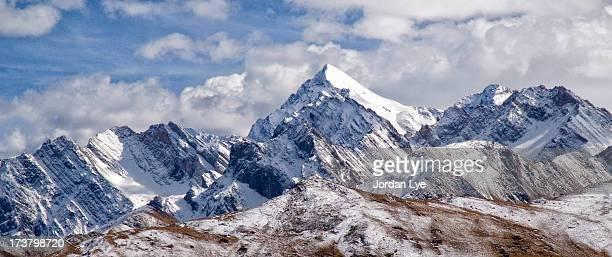 snowy mountain - sneeuwkap stockfoto's en -beelden