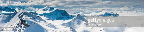 Verschneite Berggipfel hoch über den Wolken Alpen der Schweiz panorama