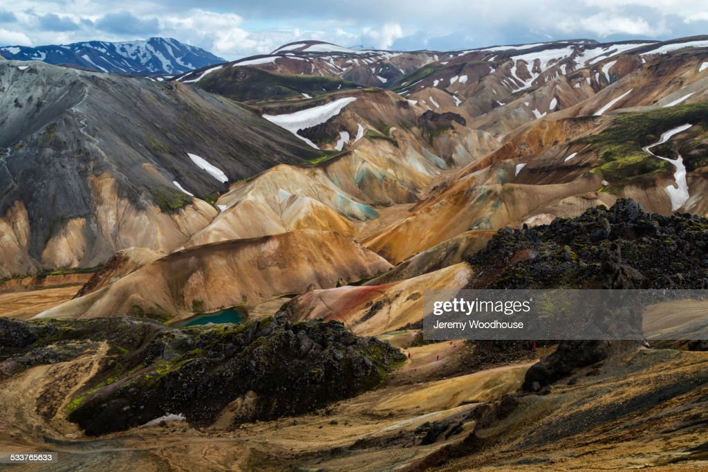 Snowy mountains and rhyolite formations in remote landscape : Foto stock