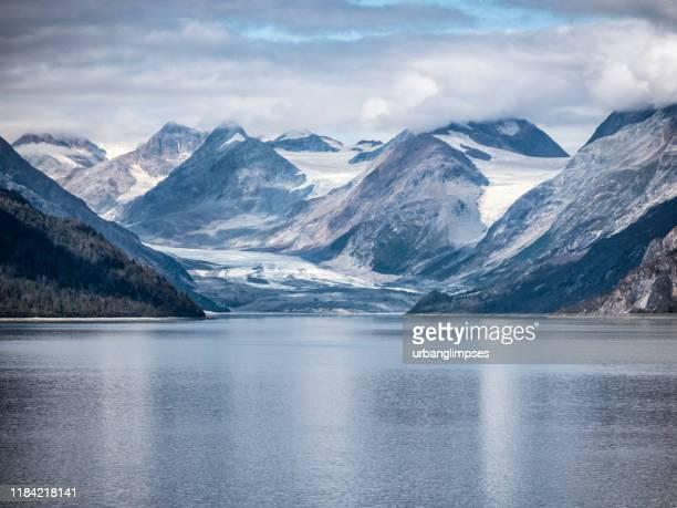 氷河湾国立公園の雪山と潮汐入り江 - アラスカ文化 ストックフォトと画像