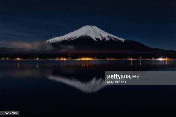 snowy mt.fuji - miyamoto y ストックフォトと画像