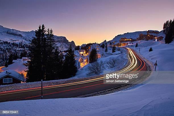 a snowy pass... - haute savoie fotografías e imágenes de stock