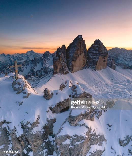 snowy peaks of monte paterno and tre cime di lavaredo, dolomites, south tyrol - ドロミーティ ストックフォトと画像