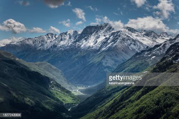 コーカサス山脈の雪のピーク - コーカサス ストックフォトと画像