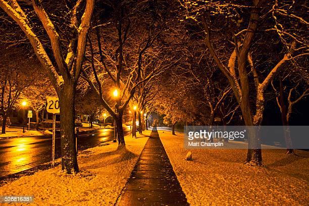 snowy streetscape at night - スカネアトレス湖 ストックフォトと画像