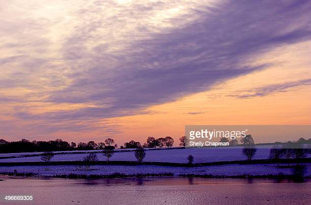 snowy sunset in sywell park - ノーサンプトンシャー ストックフォトと画像