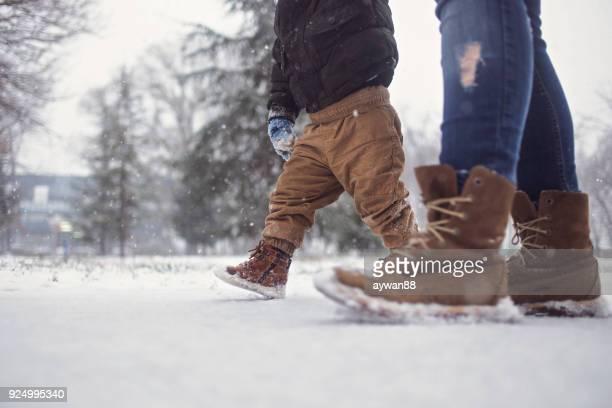 snowy zu fuß - first occurrence stock-fotos und bilder