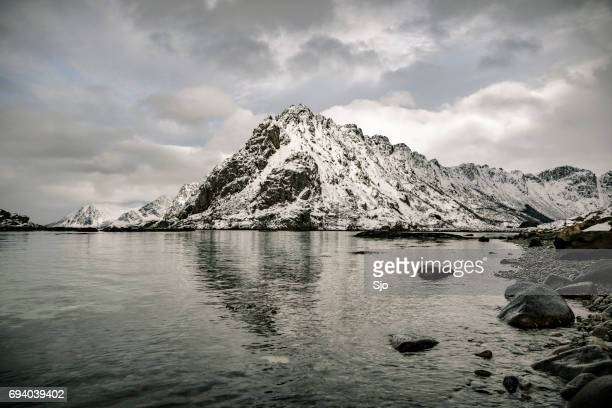 Verschneite Winterlandschaft in den Lofoten in Norwegen