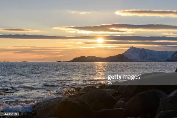 schnee und winter landschaft sonnenuntergang im lofoten in norwegen - meerlandschaft stock-fotos und bilder