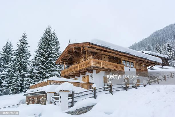 La station de ski de montagne hiver enneigé