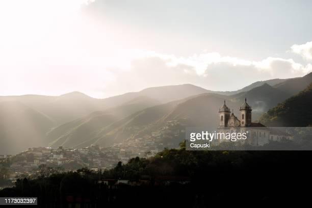 サンフランシスコ・デ・アッシス教会、市街地、山 - ミナスジェライス州 ストックフォトと画像