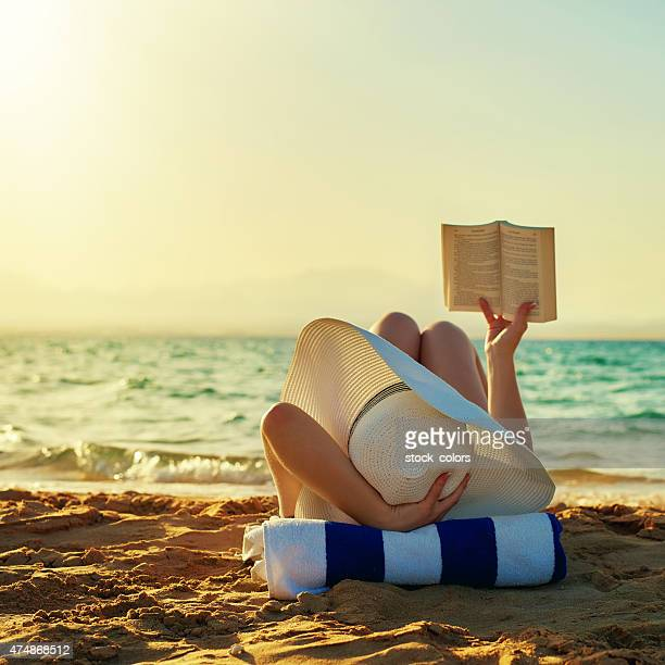 so relax when reading - strand stockfoto's en -beelden