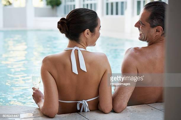 Bad im pool an einem heißen Sommertag