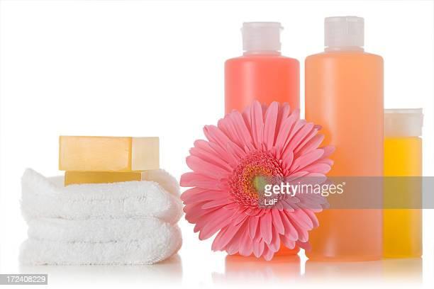 Seife Flaschen und Blumen Komposition Isoliert