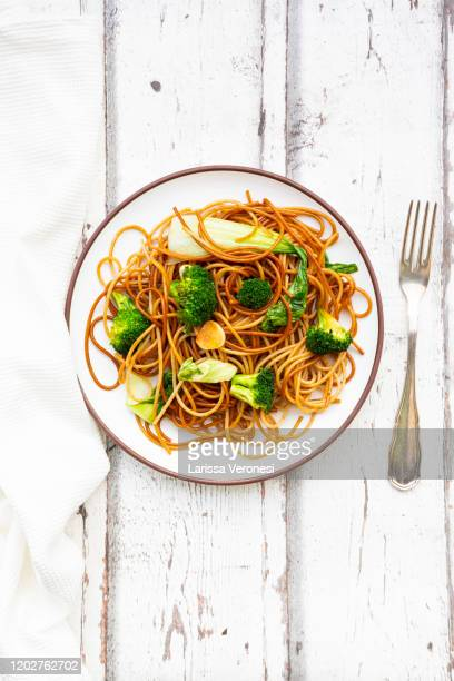 soba noodles with pak choi and broccoli - larissa veronesi stock pictures, royalty-free photos & images