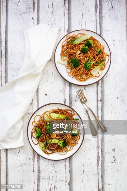 soba noodles with pak choi and broccoli - larissa veronesi fotografías e imágenes de stock
