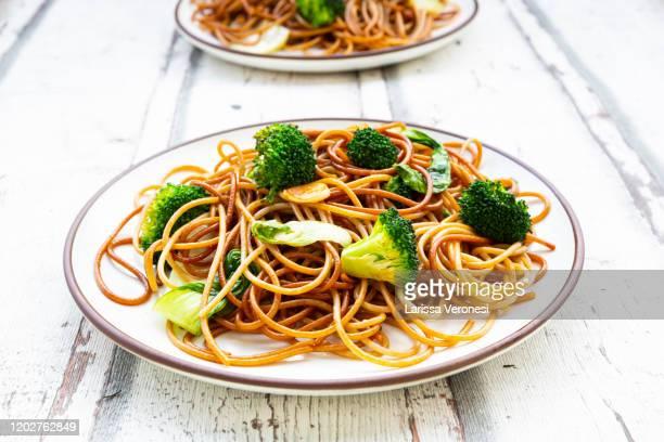soba noodles with pak choi and broccoli - larissa veronesi stock-fotos und bilder
